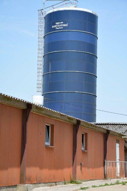 Les 180 hectares de culture alimentent une fabrique simplifiée. Le maïs est stocké en silo tour; les céréales en cellules. Ces matières premières sont broyées et dirigées, en fonction de la ration formulée, vers la machine à soupe pour une distribution dans les différentes salles, en mélange avec un complémentaire. Tous les aliments sont en soupe à l'exception des aliments en post-sevrage. Une soixantaine d'hectares de maïs et une vingtaine de céréales sont achetées dans le voisinage pour répondre aux besoins de l'élevage. Les cultures sont conduites en technique simplifiée (pas de labour depuis une quinzaine d'années. Les échantillons analysés démontrent qu'il n'y a pas plus de mycotoxines que dans les moyennes. «Je ne cumule pas tous les risques», rassure l'éleveur. «Je choisis les variétés les moins sensibles et j'applique trois fongicides».