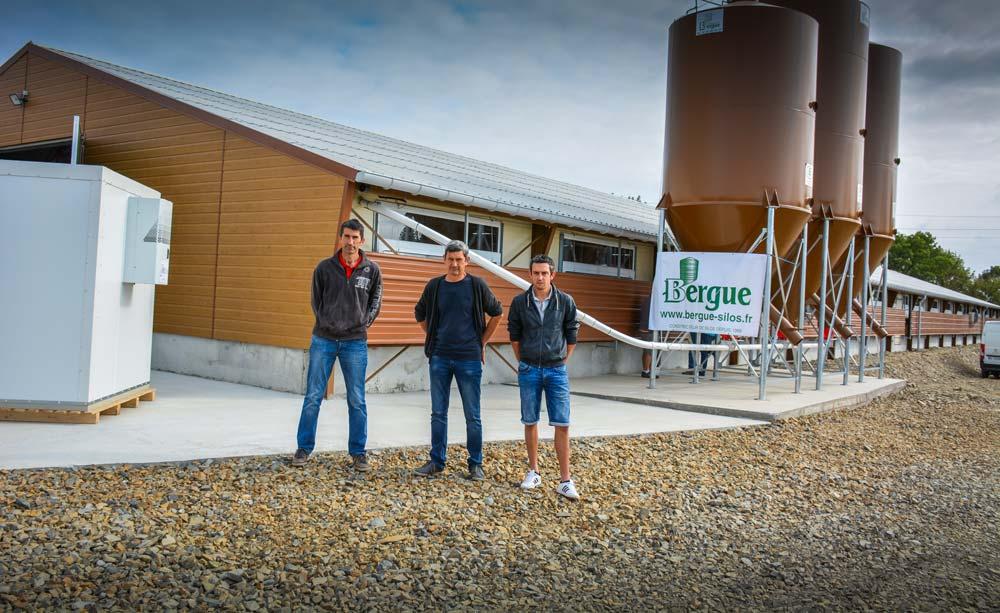 Olivier, Jean-Marc et Freddy Gemin devant le poulailler neuf de 1 100 m2 qui vient agrandir l'atelier avicole existant du Gaec.