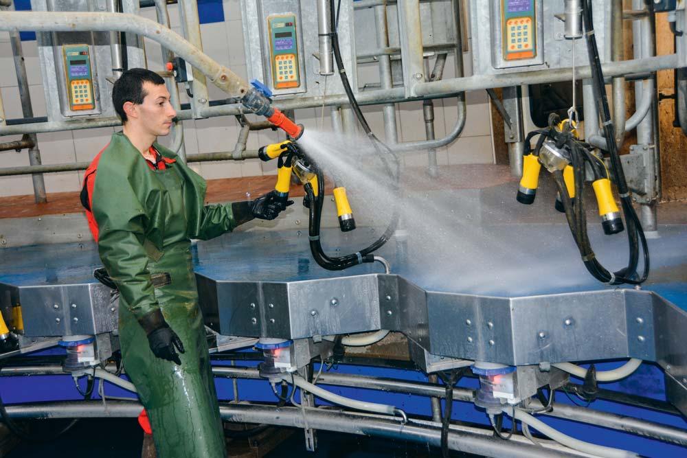 Les griffes sont prélavées grâce à une lance à eau. Le post-trempage est automatisé, tout comme la désinfection des griffes.