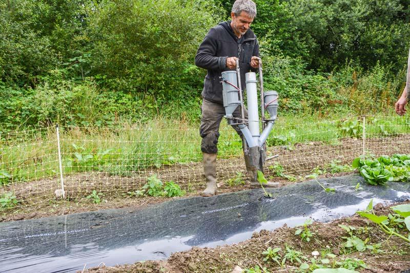 La canne à planter peut réaliser 3 opérations: semis, plantation et fertilisation.
