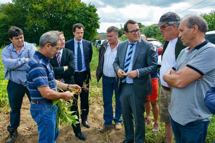 Le préfet Yves Le Breton est venu à la rencontre des producteurs de coco la semaine dernière.