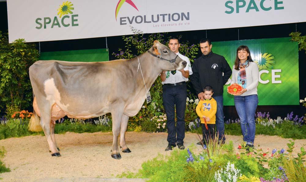 Holiday, du Gaec La Saudraie, au Méné (22), obtient le prix de mMeilleure mamelle et Championne adulte.