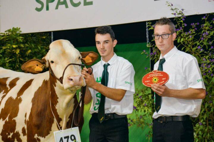 Pour les vaches en 1re lactation de plus de 30 mois, c'est Javotte, appartenant à Prudor Charly aux Portes-du-Coglais (35), qui remporte le 1er prix.