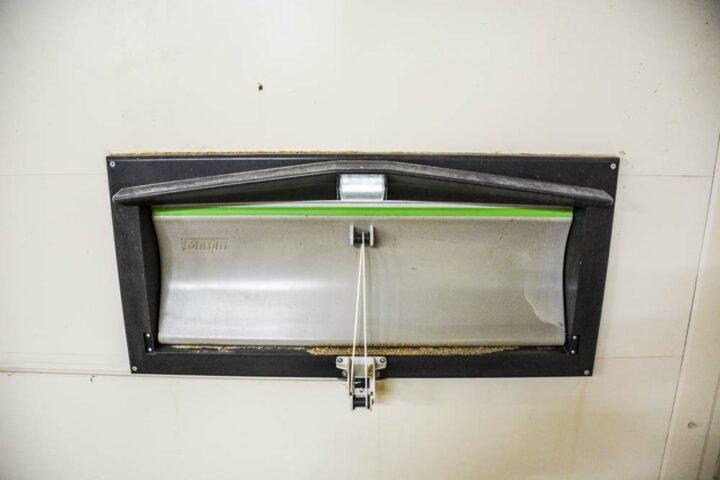 La trappe Fantura de Fancom a une forme spécifique permettant d'assurer une veine d'air d'au moins 2 cm à ouverture minimum.