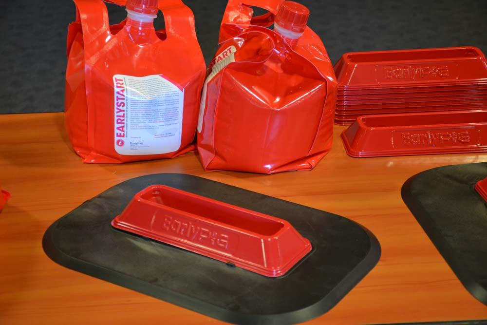 Les poches rechargeables de 5 kilos contiennent le gel prêt à l'emploi et les barquettes.