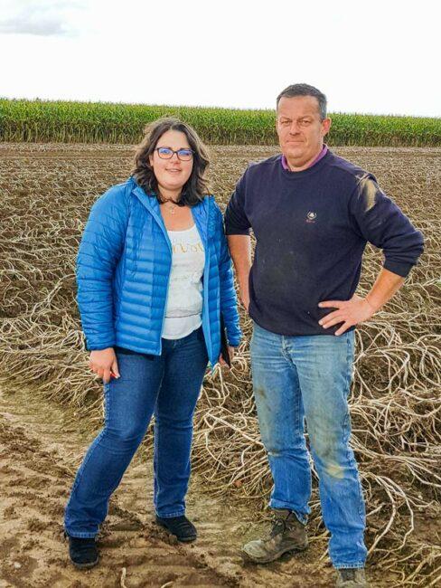 Éric Porhel, agriculteur et Émeline Guyomard, consultante Qualité Environnement de Capinov, sur une parcelle certifiée GlobalG.A.P.