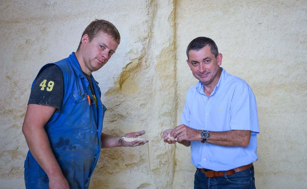 Corentin Bourdonnay (à gauche) et Thierry Pichard, groupe D'aucy. Le maïs était à l'origine de problèmes digestifs en raison de la pollution par des mycotoxines.
