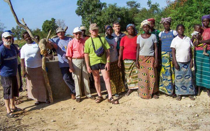 Un groupe d'adhérents  en visite au Burkina Faso, conduit par Joseph Diguet, président de l'association.