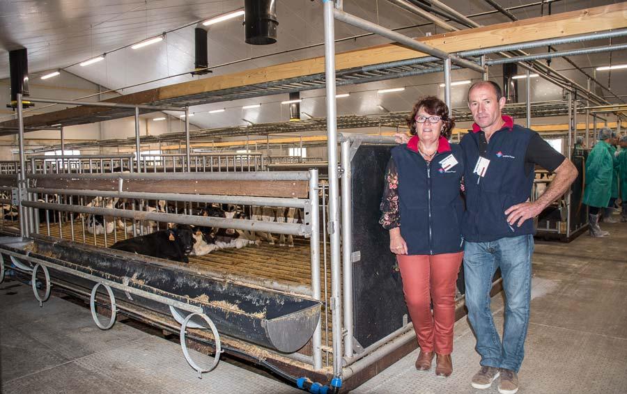 Mireille et Christian Fromont dans la salle de 400 places de veaux inaugurée l'année dernière.
