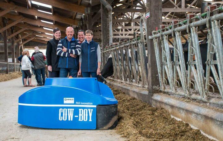 Grâce à la robotisation, Carine et Céline, les filles de Patrice et Christine Toquet, qui ne travaillent pas dans le secteur agricole sont capables de gérer l'exploitation pour un week-end. La famille pose derrière le Cow-Boy, l'automate repousse-fourrage (45 modèles installés en France à l'heure actuelle).