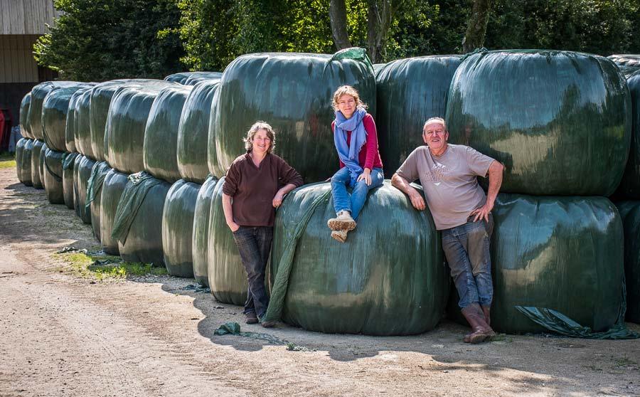 Anne et Michel Gourvil, accompagné d'Ève Gentil (Cédapa), ont misé sur l'enrubannage il y a quelques années pour assurer des stocks d'herbe de qualité.