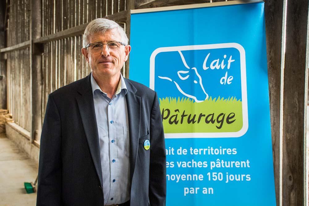 Marcel Denieul, président de l'association Lait de pâturage, dévoile le nouveau logo.