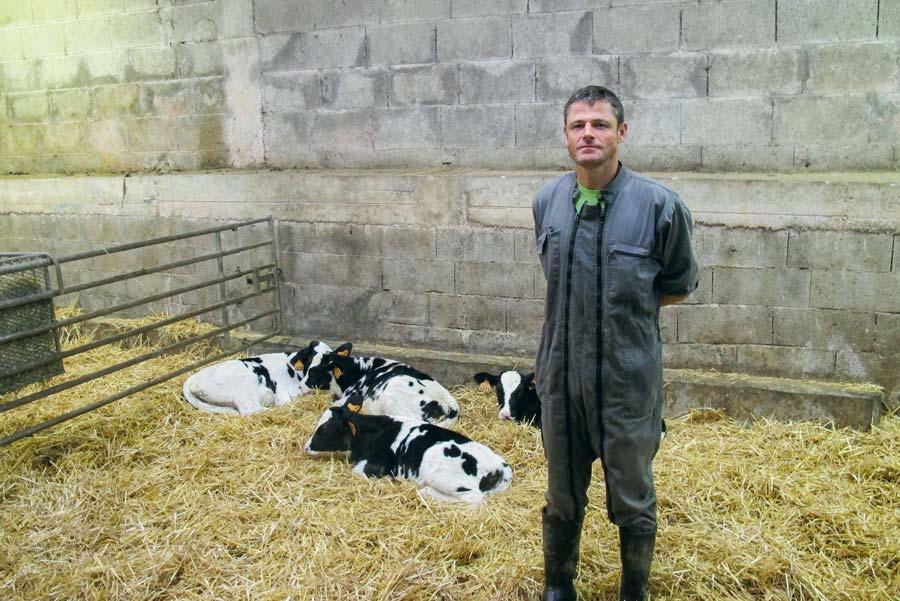 Dominique Guillou, technicien d'élevage, est en charge du suivi de la conduite des génisses sur la ferme expérimentale de Trévarez (29).