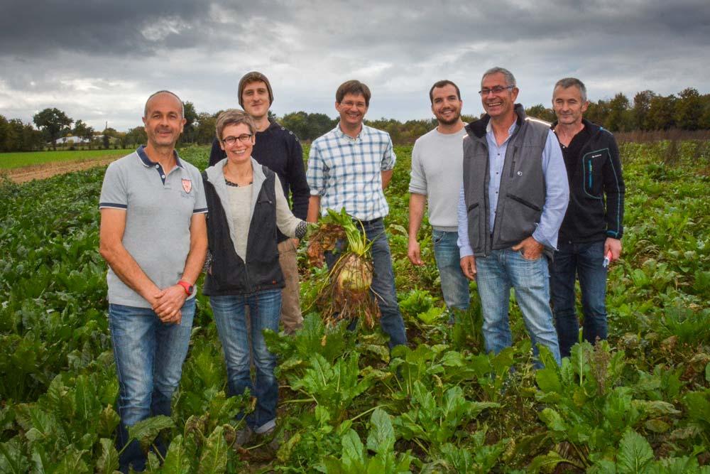 Christian et Cécile Mogis (à gauche), accompagnés de quelques collègues bretilliens qui se sont lancés dans la culture de betterave plantée en mini-motte.