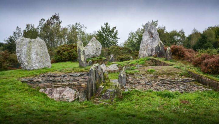 Le Château Bû, grand dolmen couronné de menhirs, s'est dévoilé lors de fouilles de 1990 – 1992.