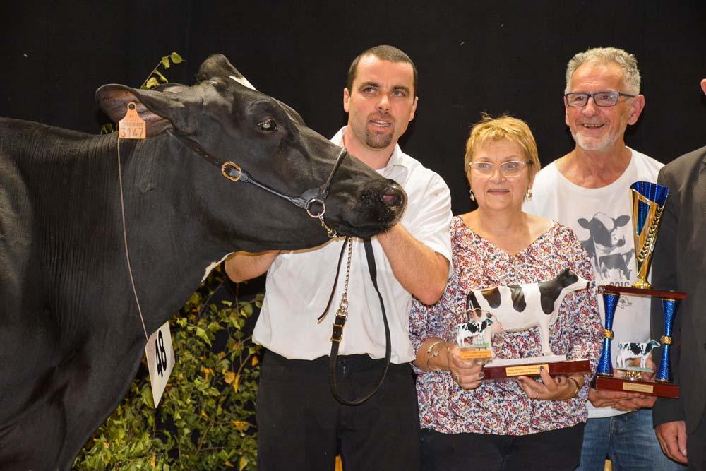 L'EARL du Vieux Chêne (famille Le Strat) à la remise du prix de grande Championne.