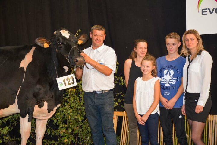 Bretagne (Shottle x Lys Jabot) remporte la section des vaches en 7ème lactation. Elle a produit en 4ème lactation 10 086 kg à 44,3 et 34,9 (TA)