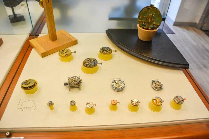 Des chronographes et autres montres mécaniques à remonter manuellement ou automatiquement trônent dans l'atelier.