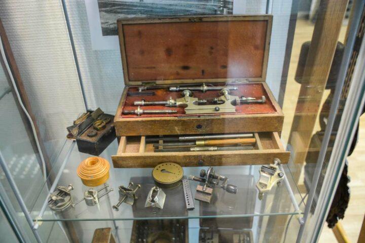 Dans l'atelier des vieux outils d'horloger sont exposés dans des vitrines.