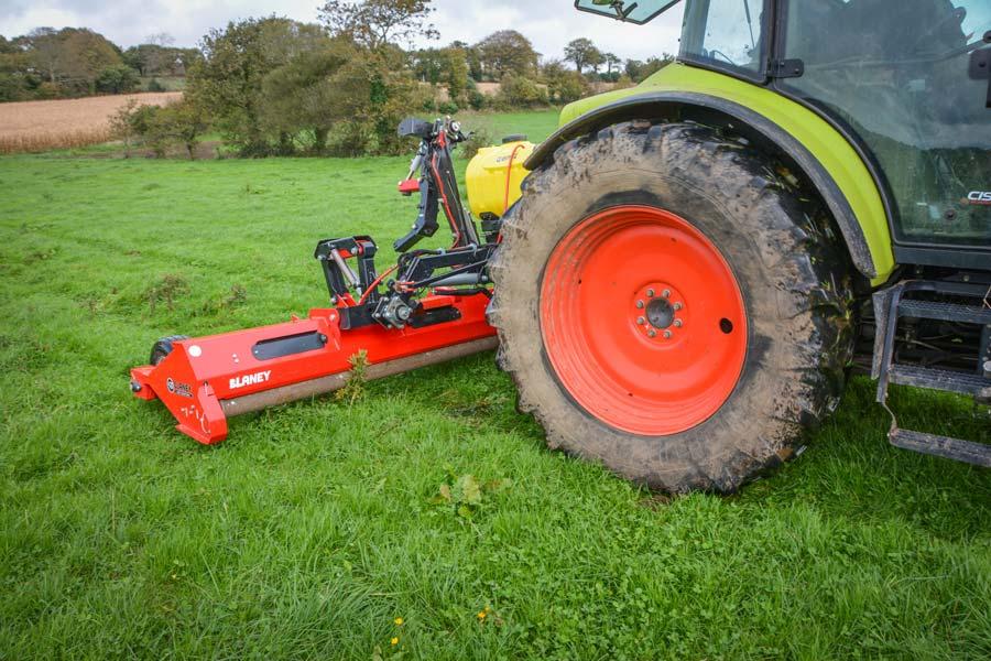 La mauvaise herbe est entraînée par les rouleaux imbibés de solution herbicide. Les 2 faces de la feuille sont ainsi traitées.