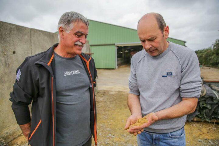 Christian Bouget (à gauche) et Christian Quiguer (à droite) se consultent dans le choix et l'utilisation de ses produits Triskalia.