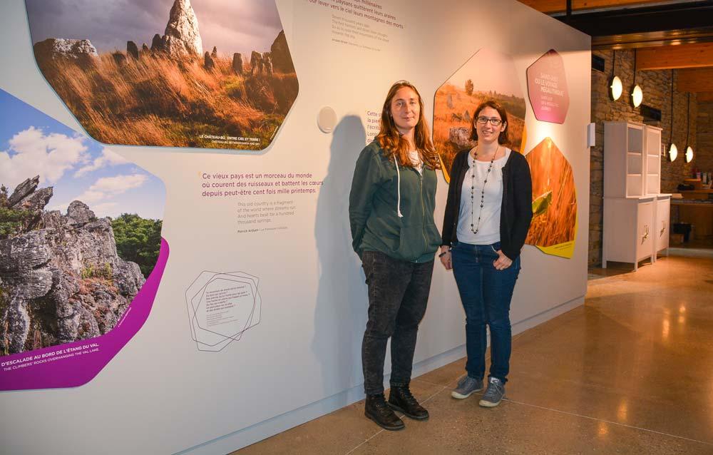 Aurore Leroux (à gauche), médiatrice en archéologie de l'Association Nature et Mégalithes, et Véronique Gonzalez, directrice de l'Office de tourisme du Pays de Redon, dans le nouveau musée.