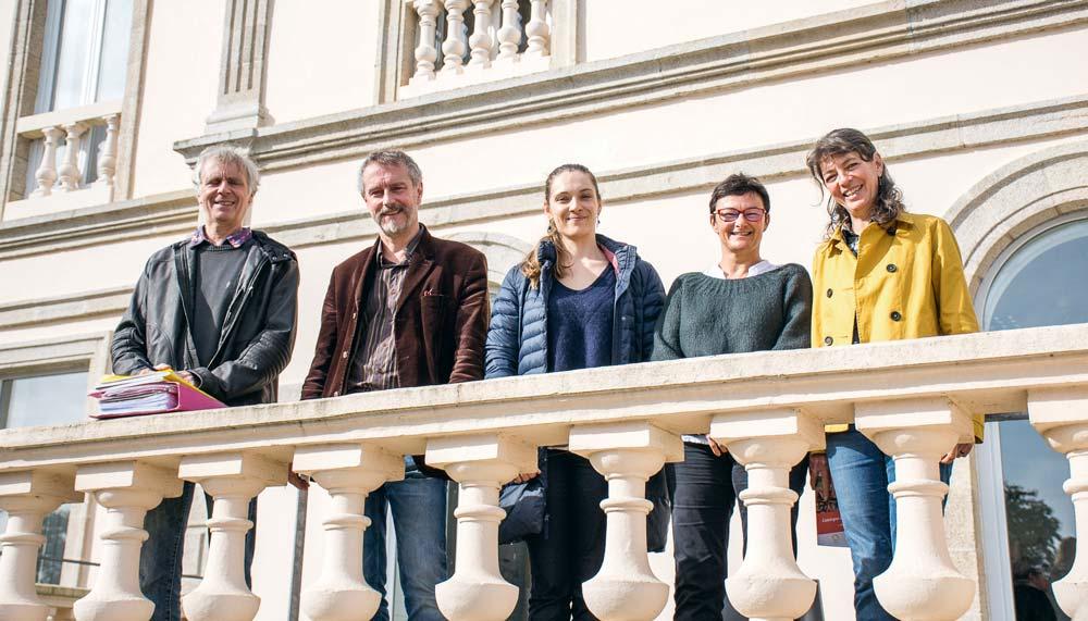 Serge Lanneshoa (éleveur), Bernard David (directeur de la Ville Davy), Sarah Choupault et Gaëlle Corcuff (Gab 22), Pascale Doussinault (arboricultrice et administratrice Gab / Mab) devant l'établissement de Quessoy.