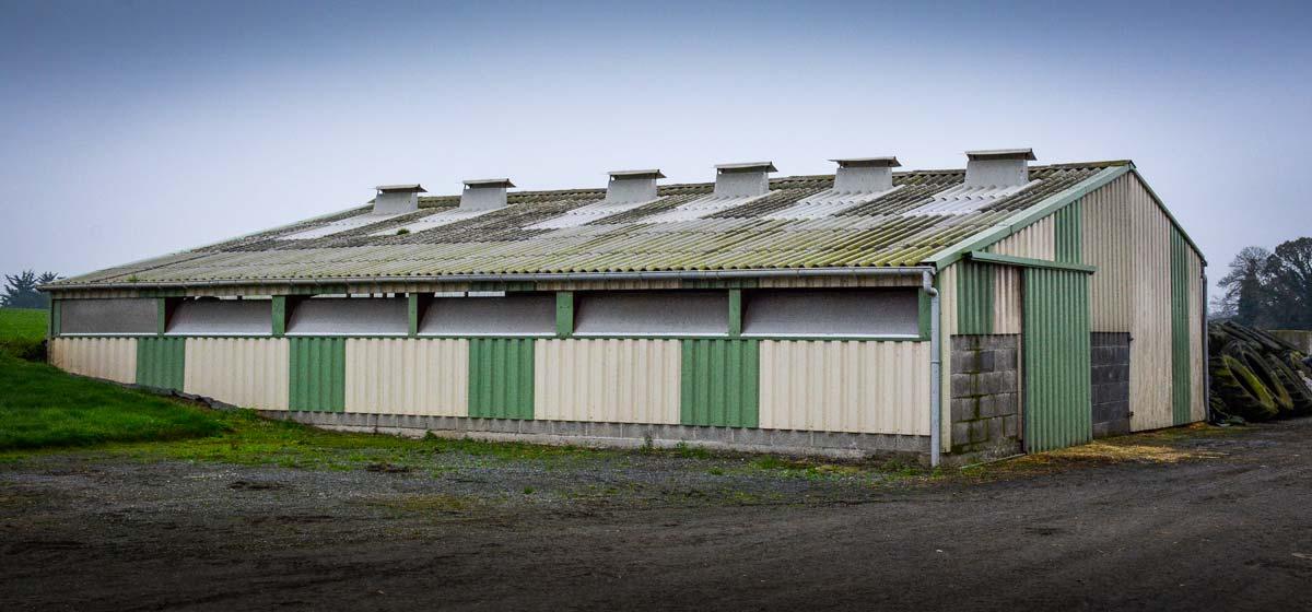 Des entrées d'air par des volets translucides avec des joues ont été ajoutées en façade plutôt qu'en toiture, Et des sorties d'air ont été créées grâce à six cheminées ajoutées en toiture.