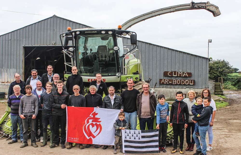 Une partie des éleveurs du groupe maïs de la Cuma Ar Bodou à Plouzané devant l'ensileuse en fin de saison.