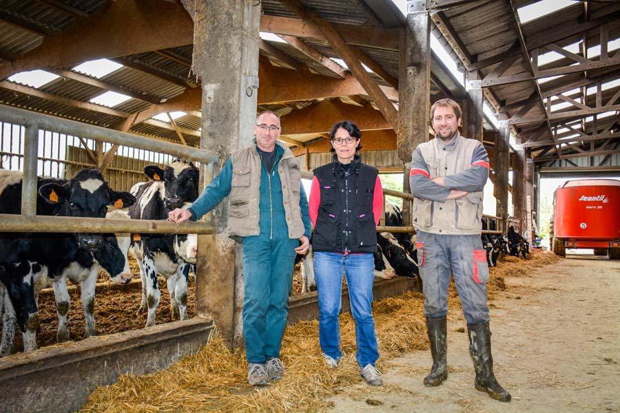 Vincent, Céline et Christophe Gadby, éleveurs à Janzé.