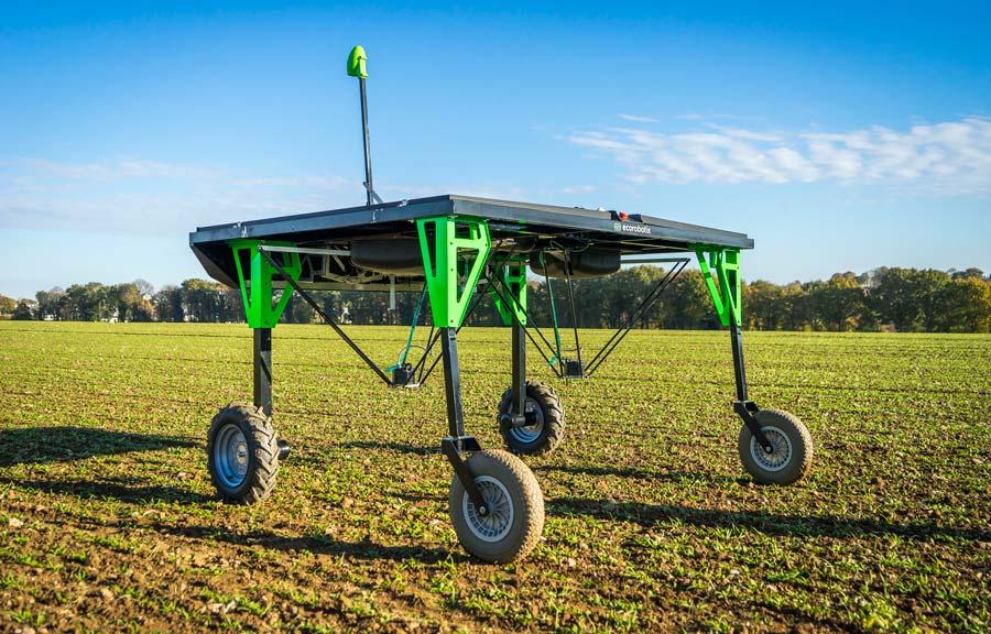Triskalia a signé un partenariat et investi 100000€ aux côtés de la startup suisse Ecorobotix pour développer des modèles de reconnaissance visuelle sur certains légumes et apprendre au robot de désherber un champ d'épinards.