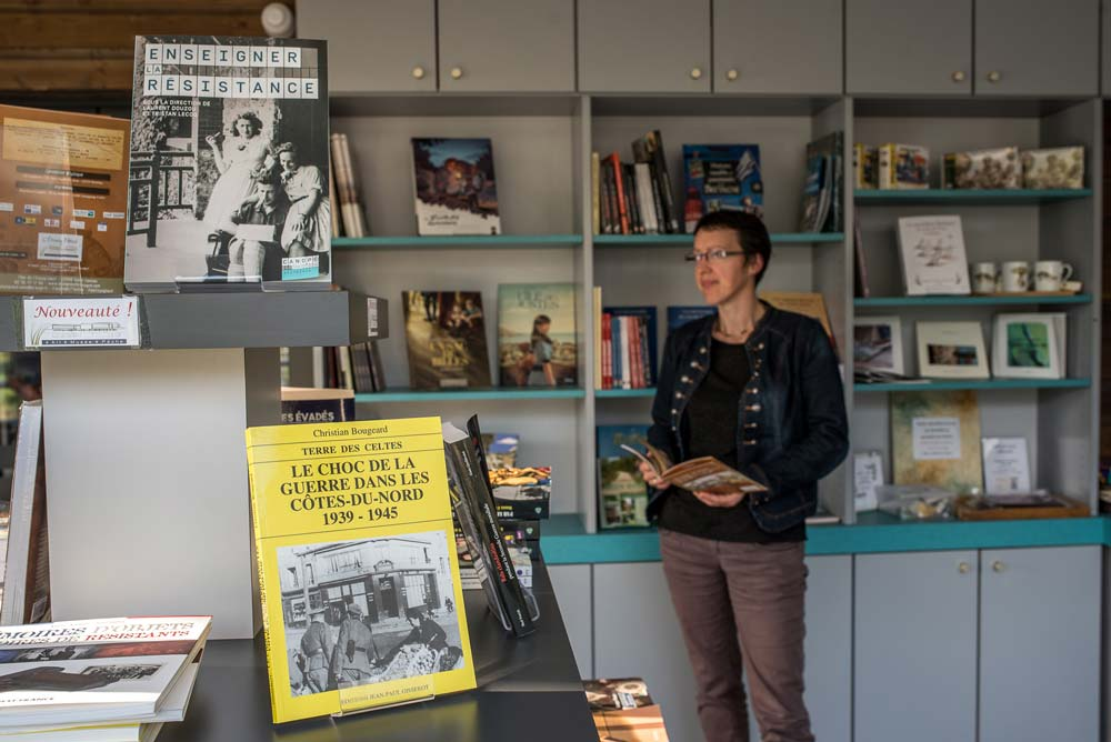 À Saint-Connan, le musée propose aussi une librairie spécialisée rassemblant divers ouvrages traitant de la résistance, de la vie en temps de guerre…