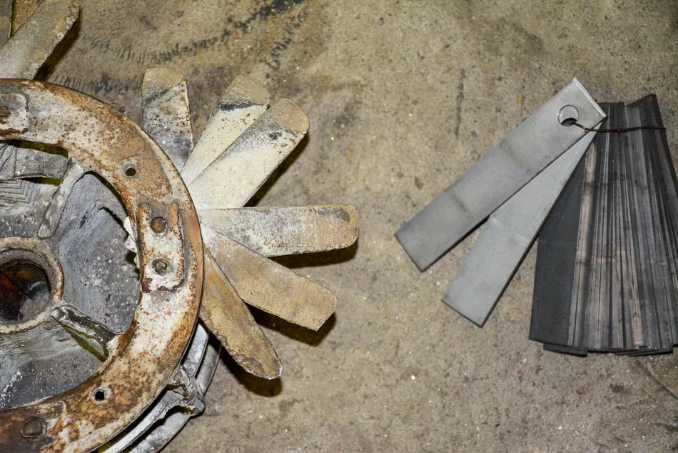 Ces marteaux trop usés ne pouvaient assurer une qualité de broyage suffisante. À droite, des marteaux neufs pour comparaison.