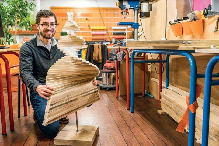 Pour concevoir et assembler ses produits, Jean-Baptiste Buchoux se sert des outils mis à disposition à Saint-Brieuc Factory, un espace où chacun peut venir créer, tester et prendre des conseils.
