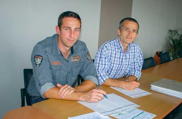 Anthony Baslé, consultant qualité du lait et robot Eilyps (à gauche) et Loïc Quéméré, directeur technique Eilyps.