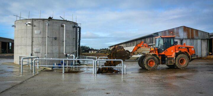 Le fumier de bovins est incorporé dans une fosse à l'aide d'un chargeur articulé, il est ensuite dilué avec les eaux pluviales, les eaux vertes et une partie du digestat avant d'être envoyé dans le digesteur.
