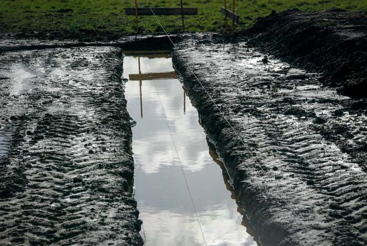 La terre doit faire une boucle en fond de fouilles.