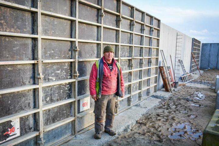 Frédéric Page devant les silos réalisés en auto-construction par les associés du Gaec de l'Union qui serviront au stockage des différents intrants destinés à la méthanisation.
