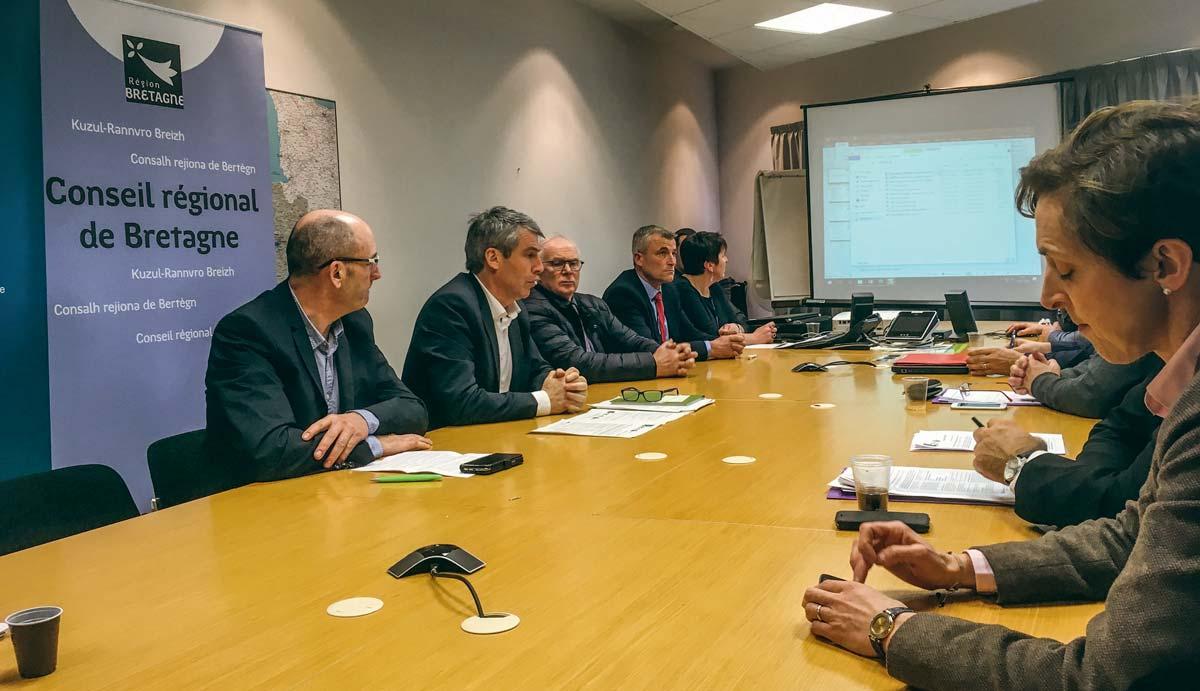 Christian Péron, président de la Caisse de Bretagne de Crédit Mutuel Agricole, aux côtés d'Olivier Allain, vice-président du Conseil régional, lors de la réunion rassemblant les partenaires du dispositif Pass'Avenir.