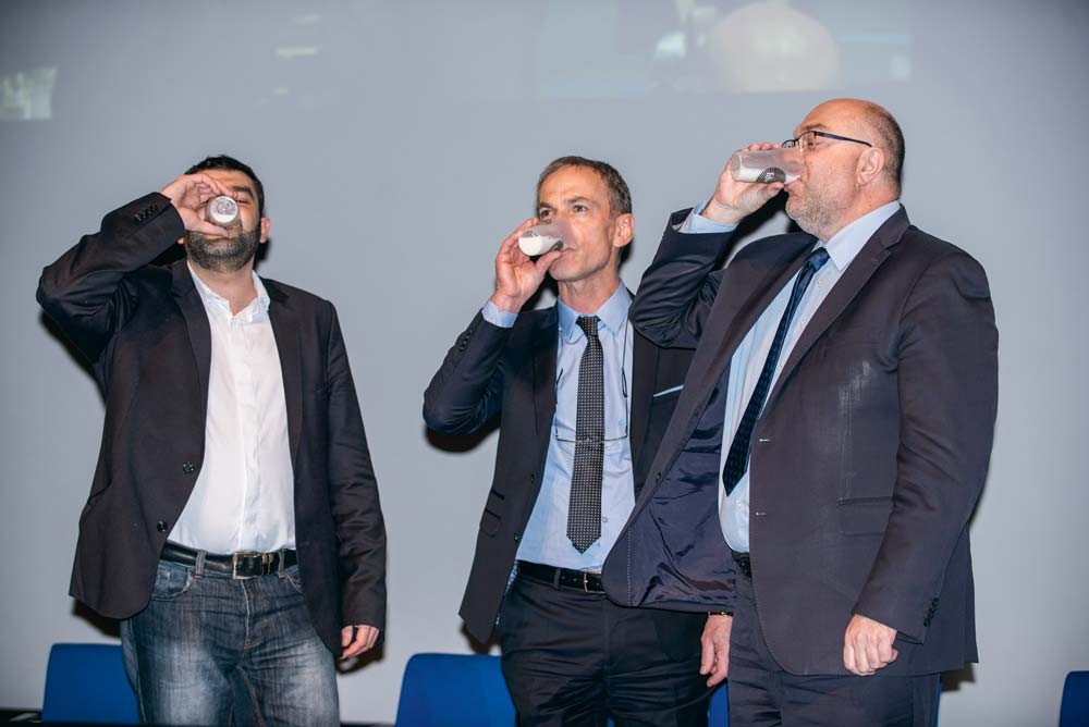 Jérémy Decercle (Jeunes Agriculteurs), Thierry Roquefeuil (FNPL) et Stéphane Travert, ministre de l'Agriculture, dégustent symboliquement un verre de lait.