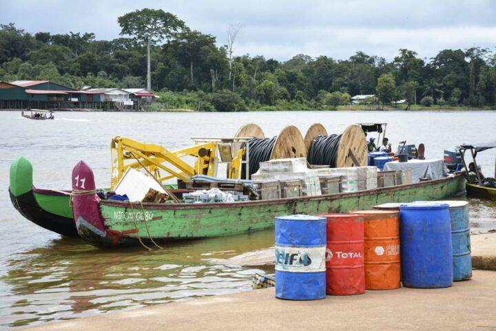 Sur le port, les pirogues à moteur, seuls moyens de transport de fret. En face, le Surinam.