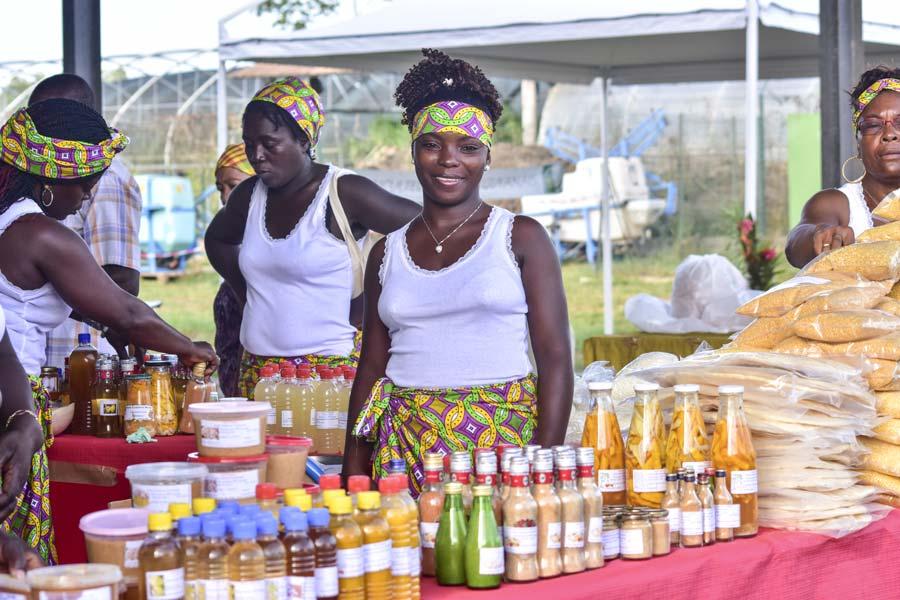Des jeunes agricultrices de Maripasoula présentent leurs préparations à base de fruits et d'arachide au Salon agricole de Macouria (Guyane).