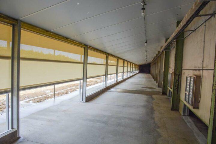 Un rideau enrouleur brise-vent a été installé pour l'ouverture du jardin d'hiver vers le parcours.