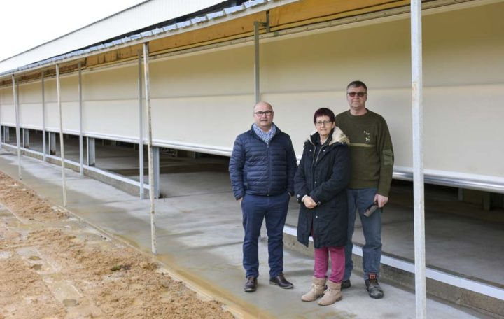 De g. à dr. : Alain Carrée, commercial volaille Sanders Bretagne; Élisabeth et Patrick Hamon, éleveurs de pondeuses à Saint-Martin-des-Prés (22).