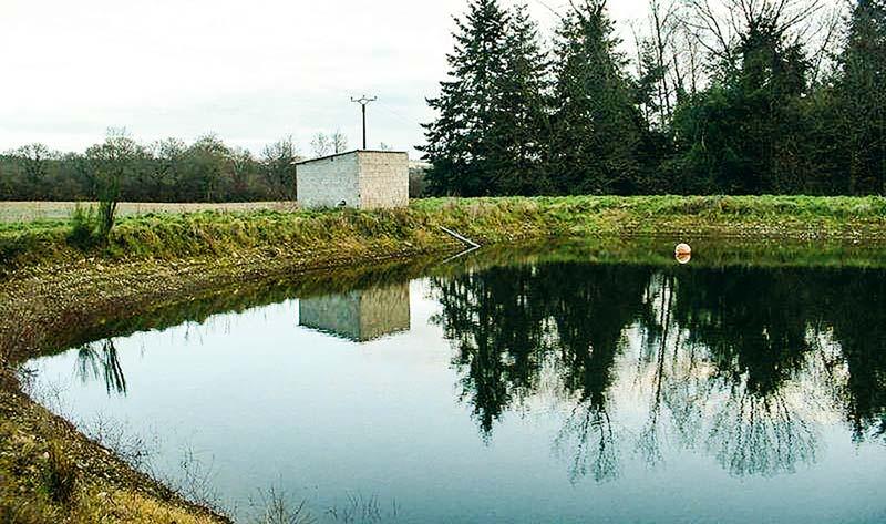 Les dernières réserves d'eau autorisées en Bretagne ont été sur des coteaux, impactant les surfaces de percolation. Depuis deux ans, certains producteurs sont obligés de demander des dérogations de remplissage complémentaire.
