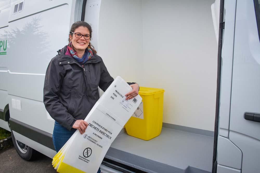 Charline Leroy, responsable commerciale, devant l'un des camions dédié au service nommé Pure Logistique. Un box isolé permet le stockage des cartons propres. Le reste du véhicule est réservé aux cartons pleins.