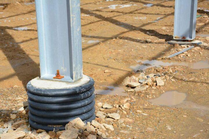 Le terrassement a été effectué avec du matériel en propriété. Les dés les plus profonds sont ancrés à 2 mètres de profondeur, sur le dur. Les normes du béton ont été appréhendées avec le vendeur (livraison de toupies).