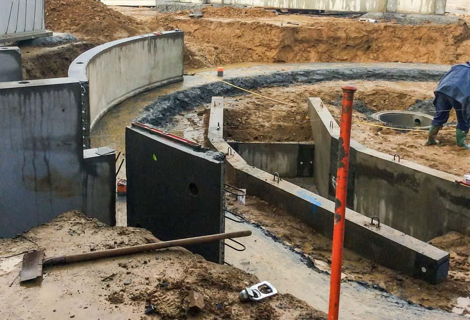 L'espace traite en construction. À noter, la fosse, à l'emplacement du futur plancher amovible pour s'adapter à la taille des trayeurs. Tous les murs sont préfabriqués.