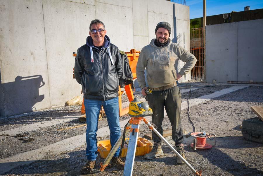 Michel Maillard, technico-commercial chez Lafarge, (à gauche), et Nuno Rodrigues, chef de chantier chez CME (Construction Moderne Elevage).