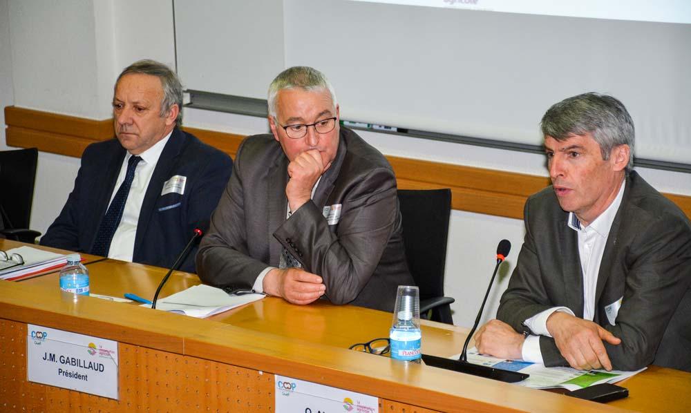 Georges Galardon, Jean-Marie Gabillaud, président de Coop de France et Olivier Allain échangent sur les lois qui découleront des États généraux de l'alimentation.
